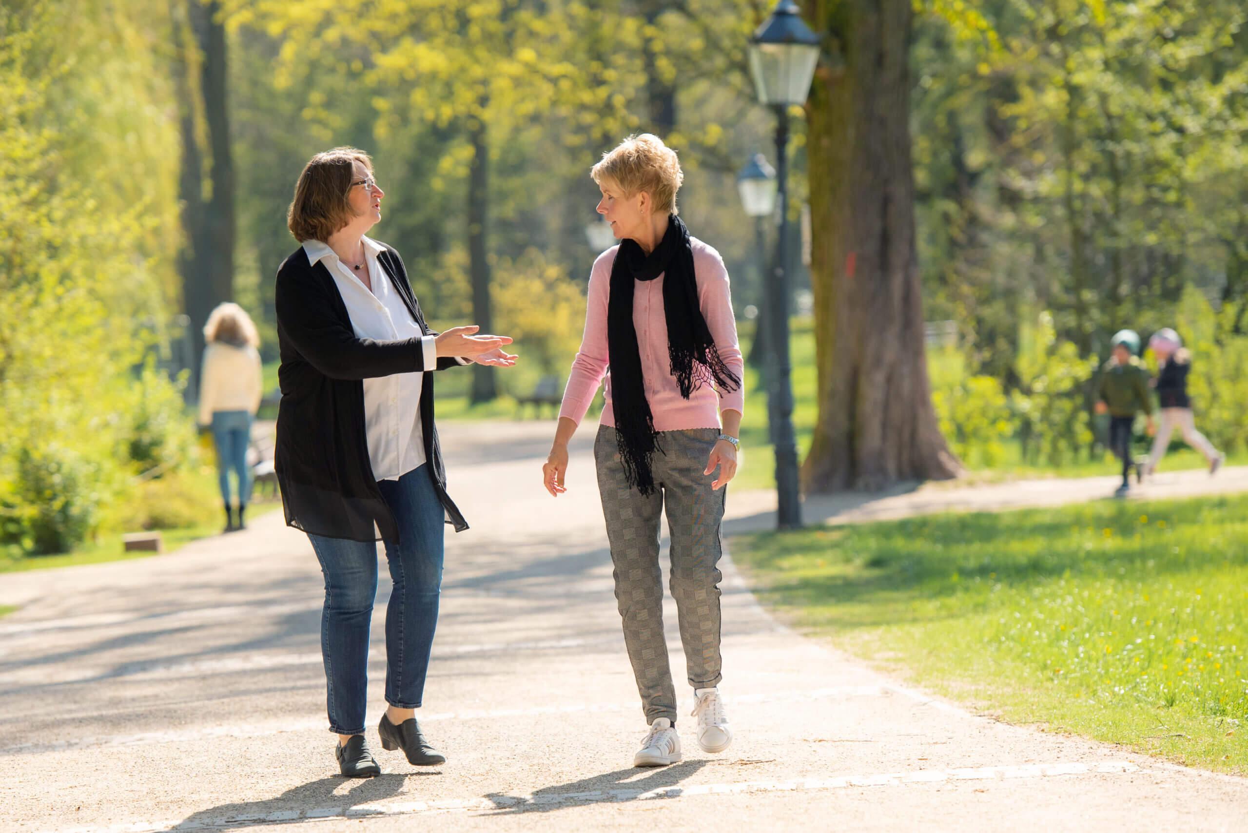 Claudia Kielmann mit einer anderen Frau im Gespräch