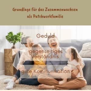 Eine Familie sitzt vor dem Sofa im Wohnzimmer und lacht gemeinsam